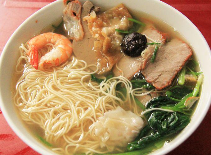 細い中華麺に絶品のスープが絡む!