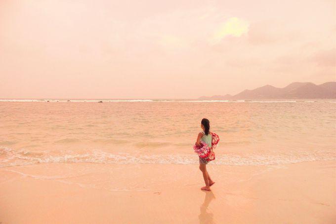 夕暮れのビーチに花売りの少女!タイの素朴さ感じられる海
