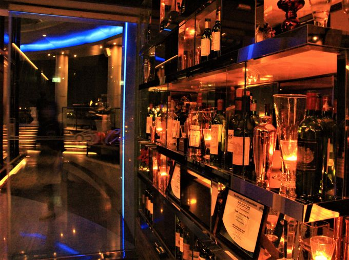 落ちついたブルーの照明が美しい!「Cielo Sky Bar」のカウンターバー