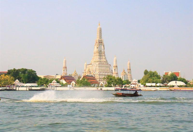 渡し船で行くタイ・バンコクの寺院!ワットアルンが白すぎる