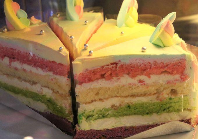 すべてがレインボー!マカロンやカップケーキも可愛い