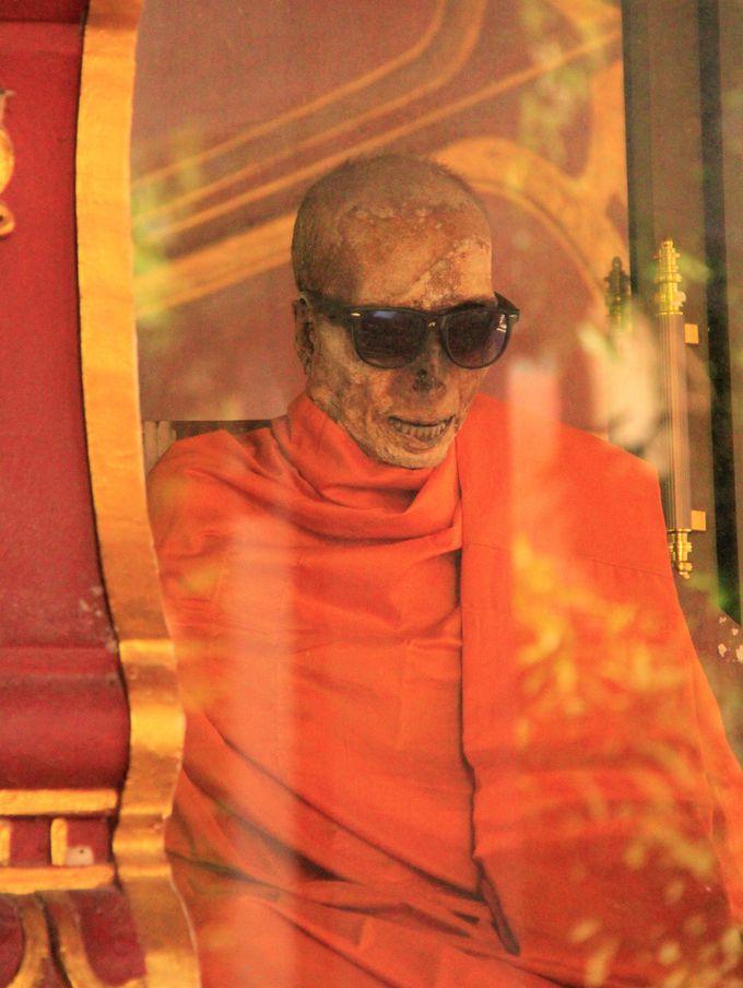 多くのタイ人が信仰!サムイ島のミイラ寺「ワット・クラナム」