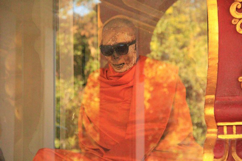 サングラスがおしゃれ!サムイ島「ワットクラナム」のミイラ僧