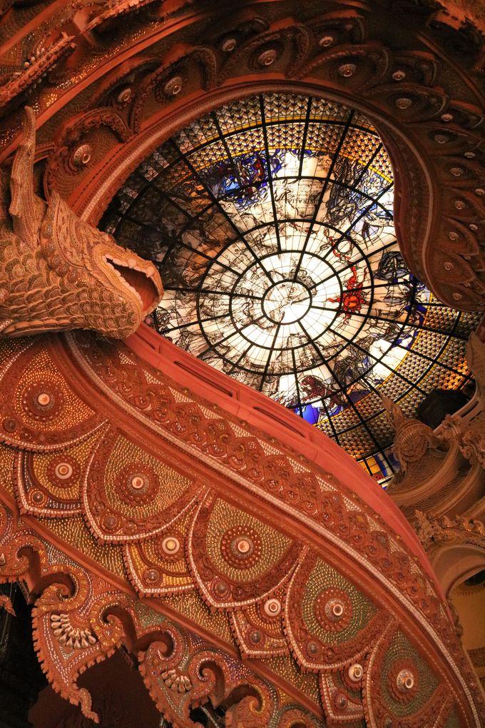天井のステンドグラスの美しさ!アートの世界(人間界)を象徴