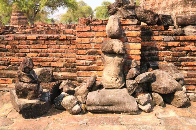 戦争で破壊された仏像、朽ちかけた回廊跡も