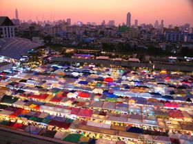 宝石の海!バンコクのナイトマーケット「ラチャダー鉄道市場」