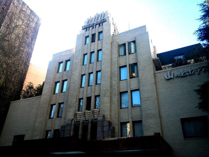 ビル街に佇むアールデコ建築のホテル