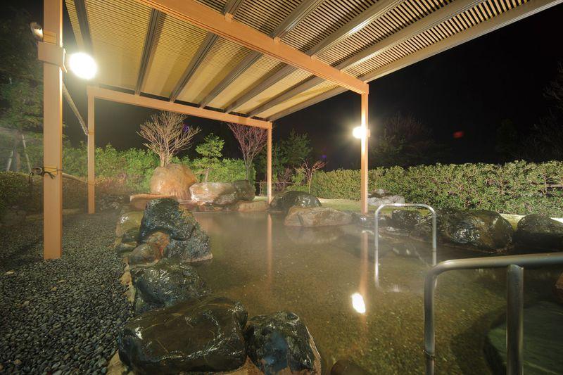 夜風を感じながら露天風呂でリラックス