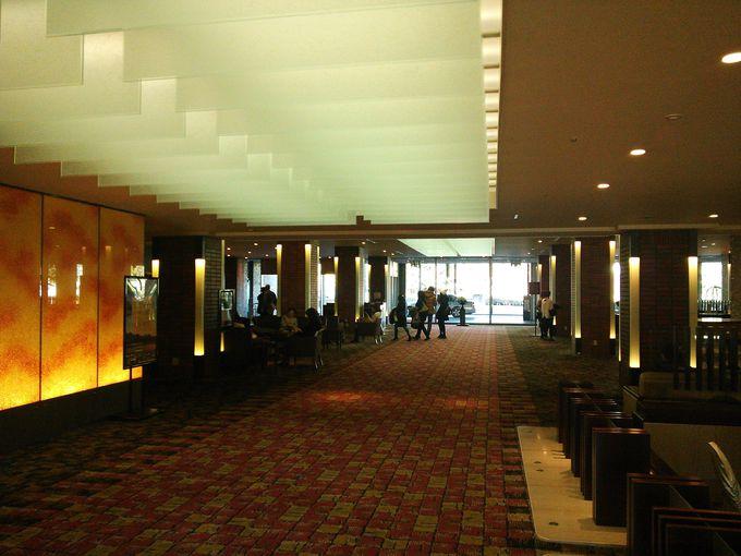 館内はシックな空間と充実した施設