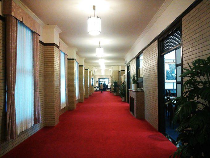 レッドカーペットの似合う館内と豊富なレストラン