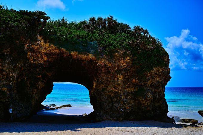 砂山ビーチのトレードマーク!アーチ状の岩、海と砂浜のコントラストが素晴らしい!