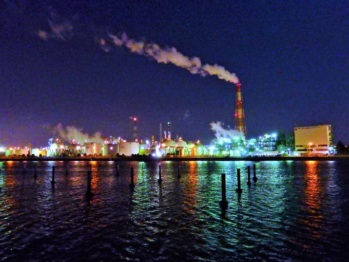 対岸から見る工場夜景と水面の反射光が美しい霞ヶ浦エリア