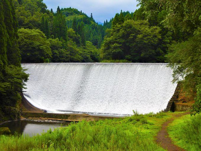白水ダム左岸は、ダムの下から全景が見えるポイント