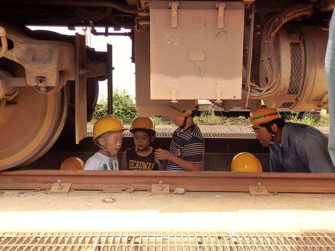 車輌整備体験では、なんと電車の下に潜って車輌点検!