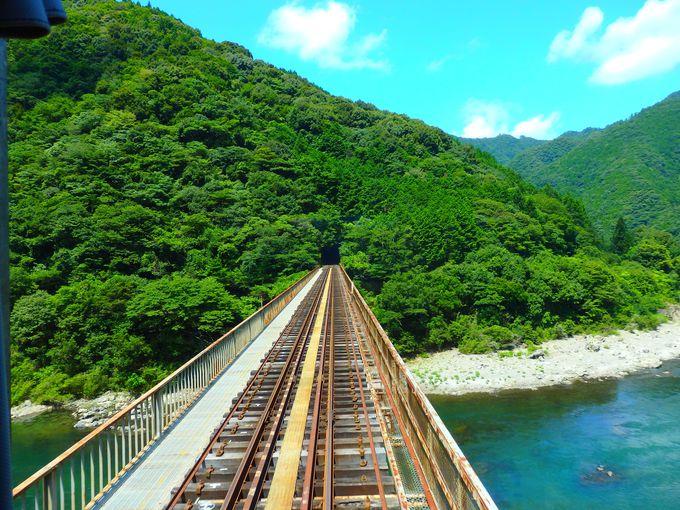 四万十川が左へ右へ!絶景車窓を満喫しよう「JR四国予土線」(高知県)