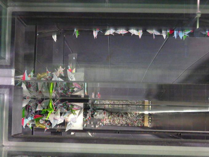 平和への祈りが込められた折り鶴で完成する「おりづるの壁」