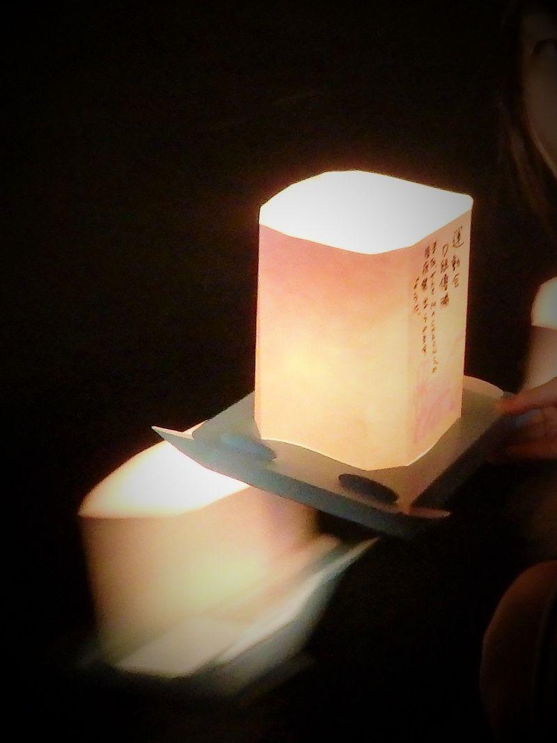 永平寺大燈籠ながしは九頭竜川に幻想的な光の帯を描く