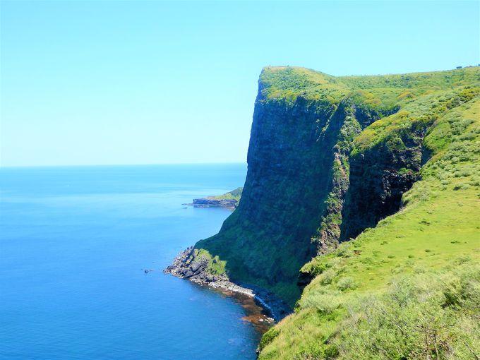 陸からの絶景は、国賀海岸遊歩道と摩天崖を望む展望所から