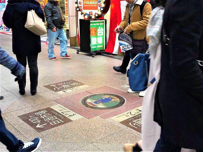 銀河鉄道999シリーズのマンホールは、商店街の人混みの中