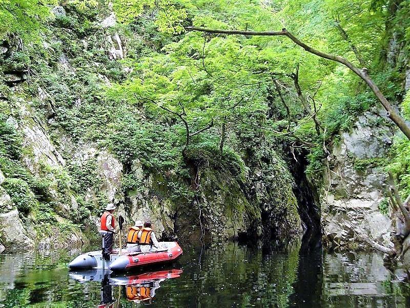 三淵渓谷は「ながい百秋湖」の上流にある神秘の渓谷