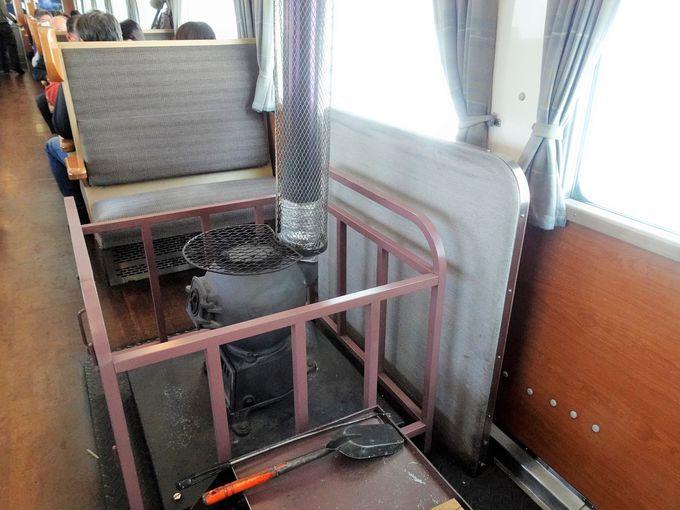北海道の冬の鉄道旅を楽しむシンプルな車内
