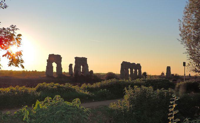 古代の夢の跡−幻想的な夕暮れ時の水道橋
