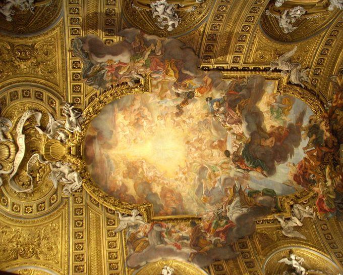 迫力満点の美しい天井画!