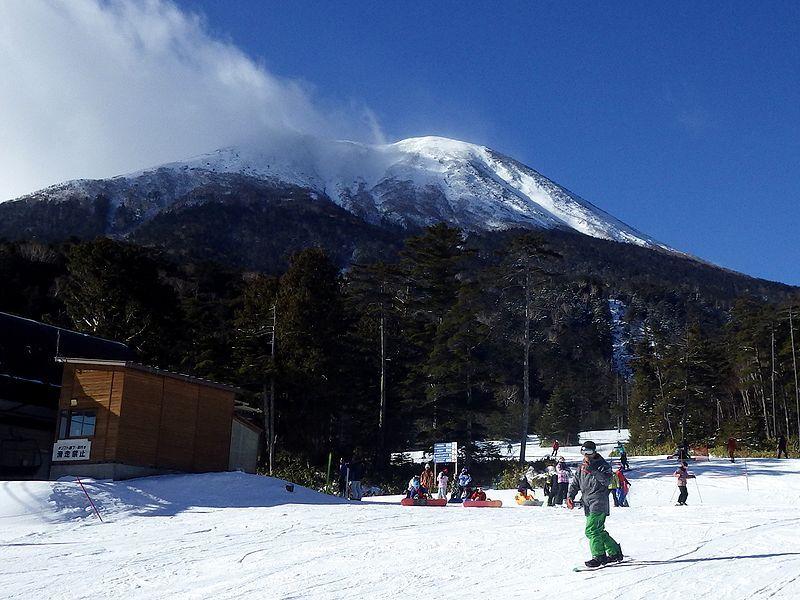 御嶽山が迫る!絶景を背にして滑べる 長野・開田高原マイアスキー場