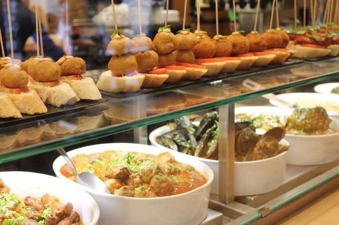 日本より食事の始まる時間が遅いスペインでは、旅行中はこのバルで食事が便利