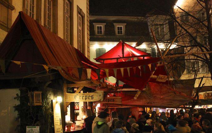 屋台も中世風にテント張りで雰囲気あります