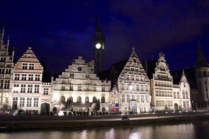 中世の壮麗なギルドハウスが建ち並ぶレイエ川