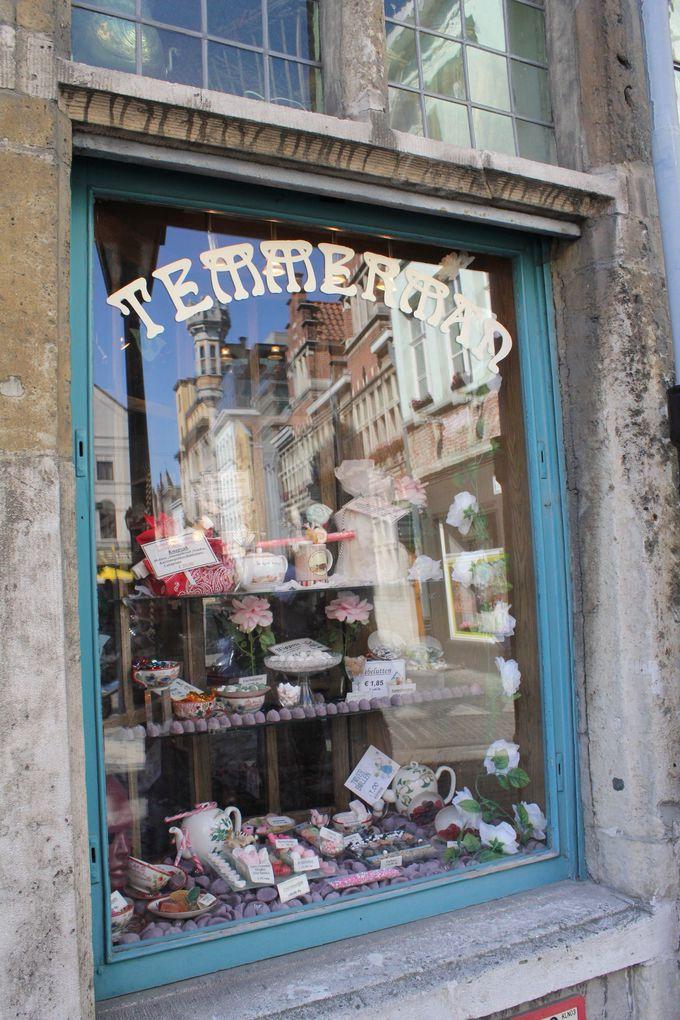 老舗菓子店やカフェ、レストランが集まる地区へ