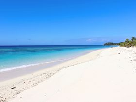 サンゴ礁に囲まれたフィジーの離島ホテル「マナ アイランド・リゾート&スパ」