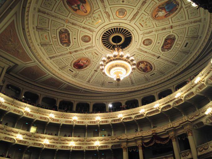 由緒ある歌劇場、ゼンパー・オパーで楽しむクリスマス