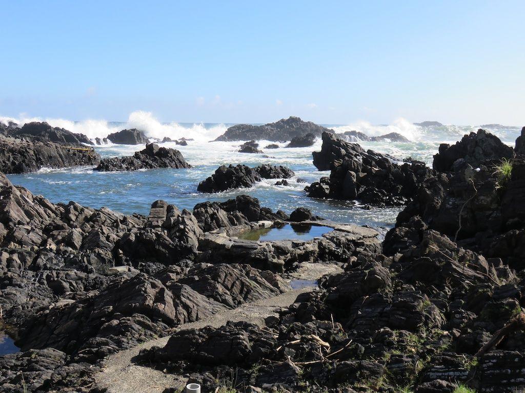 浜辺に湧き出る野湯!湯泊温泉
