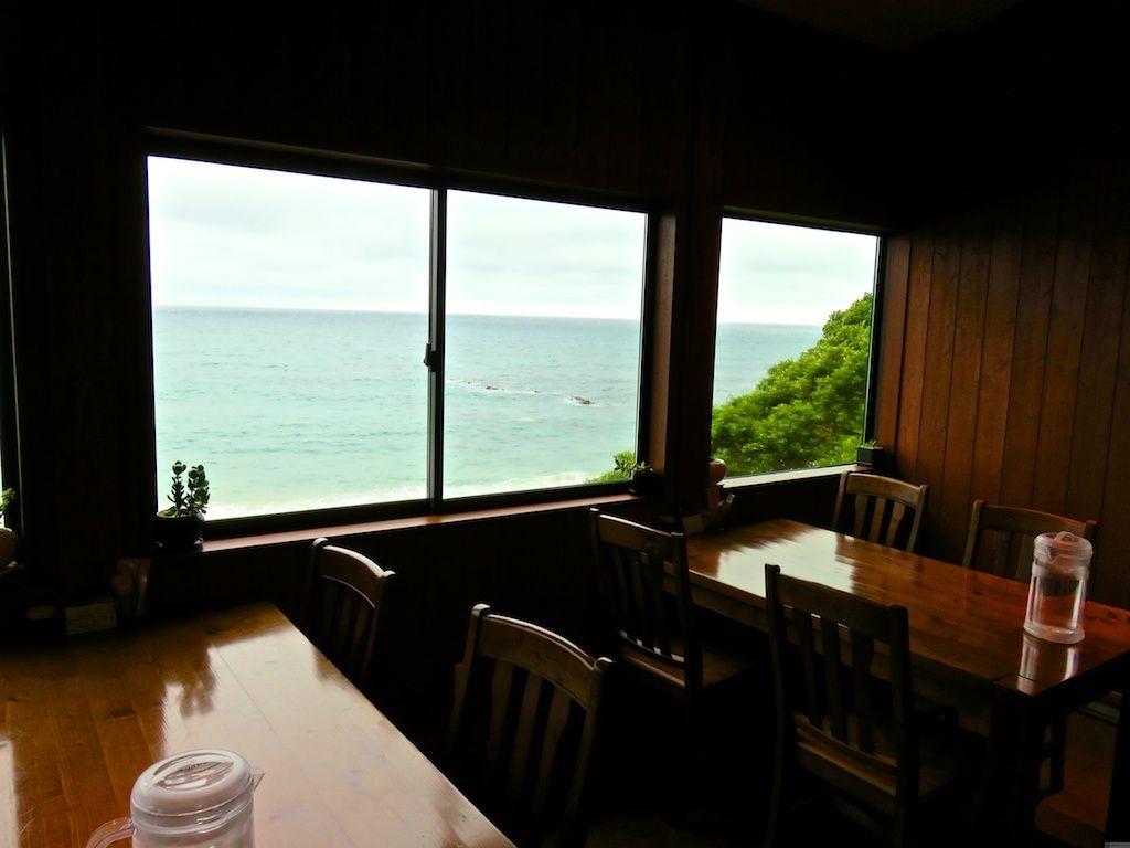 窓の外の波を見ながらカフェでゆっくり極上のひととき