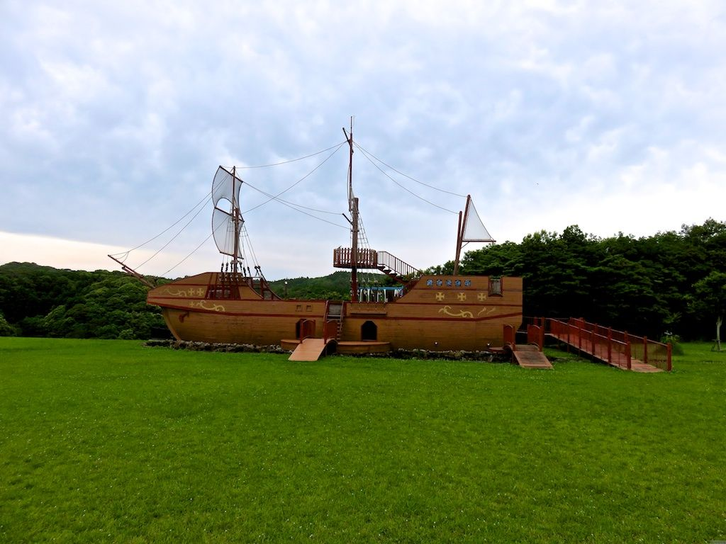 舵を手に気分は海賊!?大きな帆船「だむだむ号」