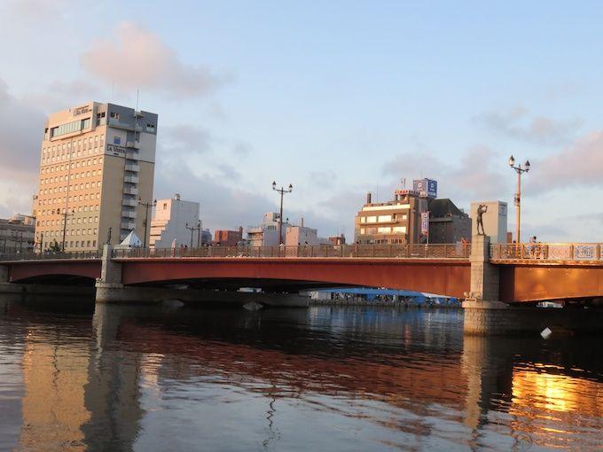 人気の夕日スポット「幣舞橋」