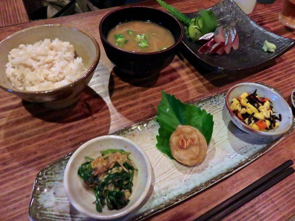 島の季節を感じる旬の野菜たっぷりの料理