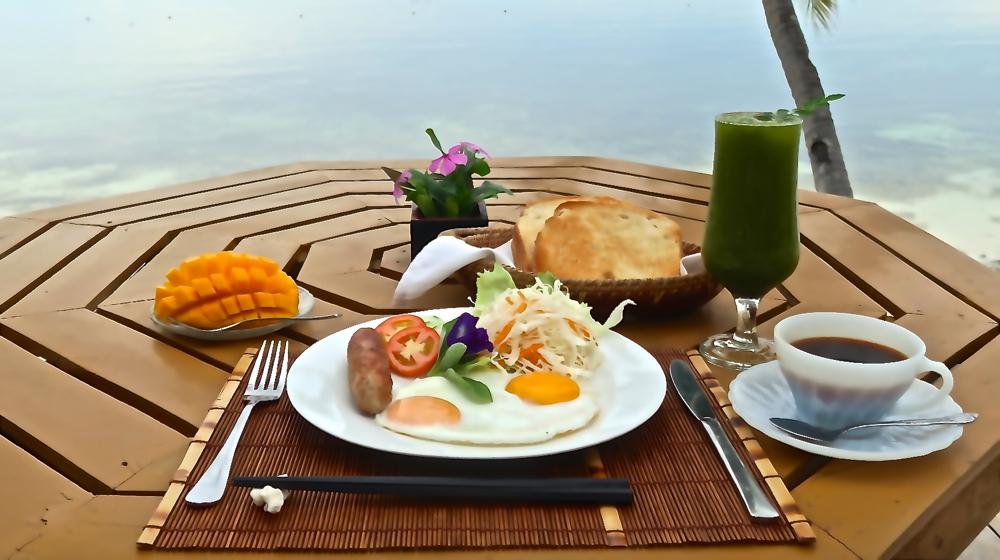 海の前のテラスで食べる美味しい食事