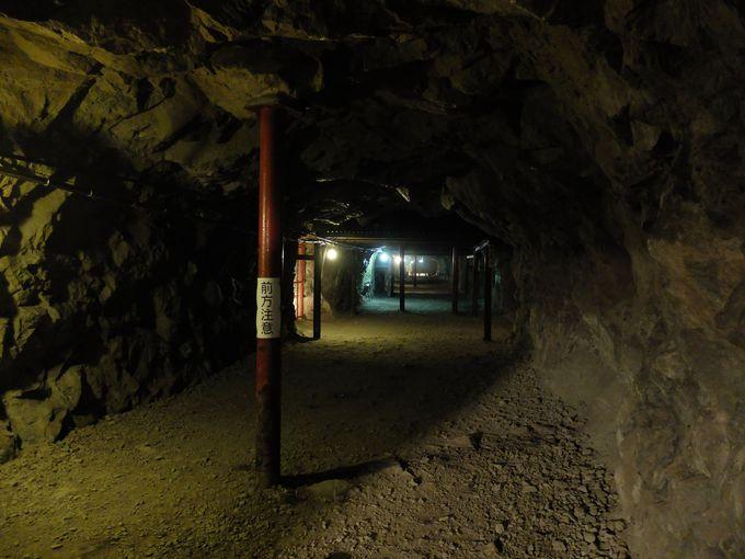 巨大な地下壕のスケール感に圧倒される。