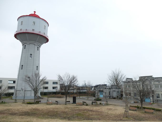 赤い屋根が可愛い水道タンクが目印!レトロな建物が並ぶ水道公園!