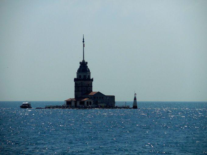 海峡の入口のシンボル、乙女の塔