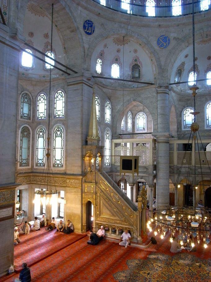 モスクで敬虔なムスリムの心に触れる