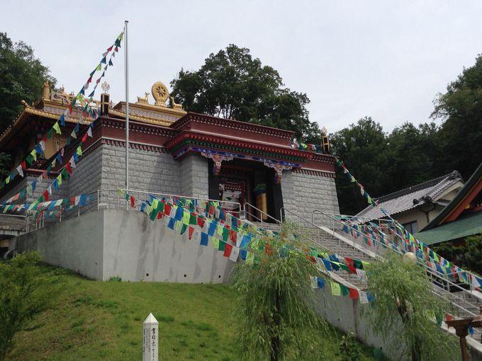 まるでシャングリラ…きらびやかな寺院