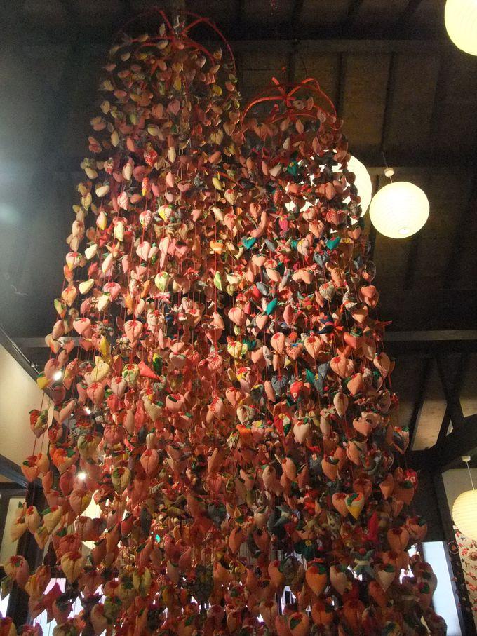 ジャンボつるし飾りがお出迎え。「稲取文化公園 雛の館」。