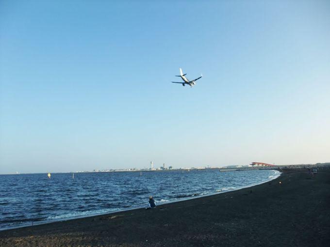 海と飛行機が絵になる「つばさ浜」