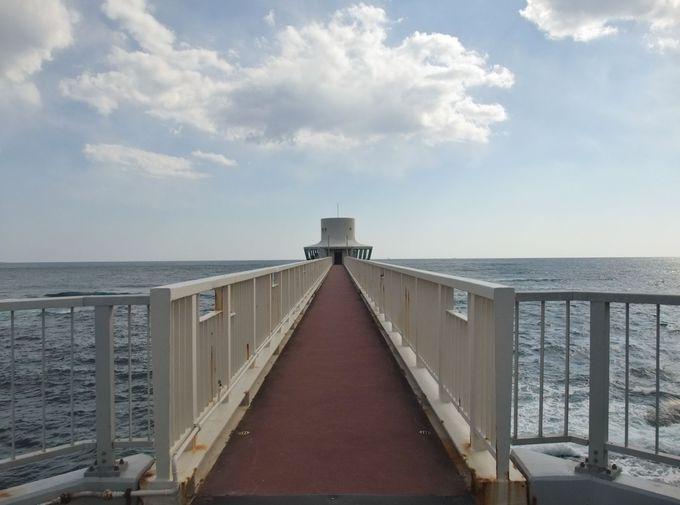 海に突き出した展望塔