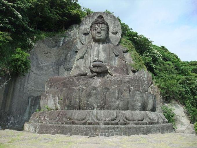本尊は巨大な石の大仏