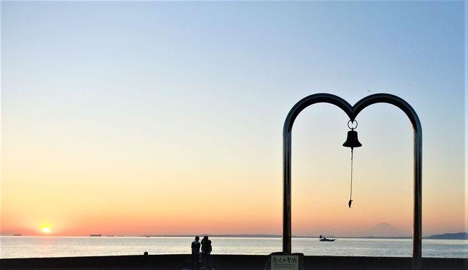 鐘の音がひびく「恋人の聖地」金谷の夕日
